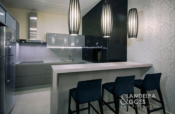 Modern kitchen by Landeira & Goes Arquitetura Modern
