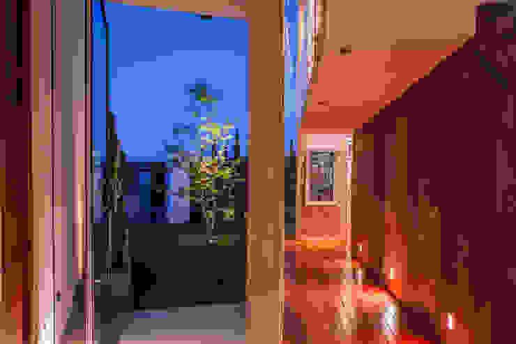 PASILLO Pasillos, vestíbulos y escaleras modernos de GRUPO VOLTA Moderno