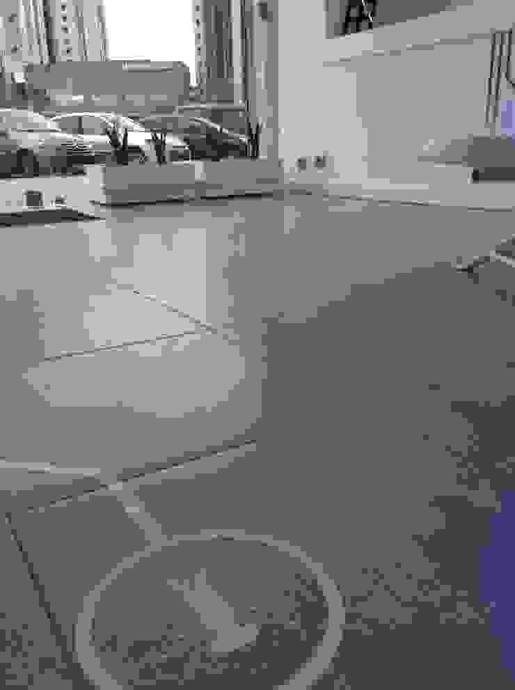 Vinil aplicado no chão Lojas e Espaços comerciais modernos por Espaço de Ideias Moderno