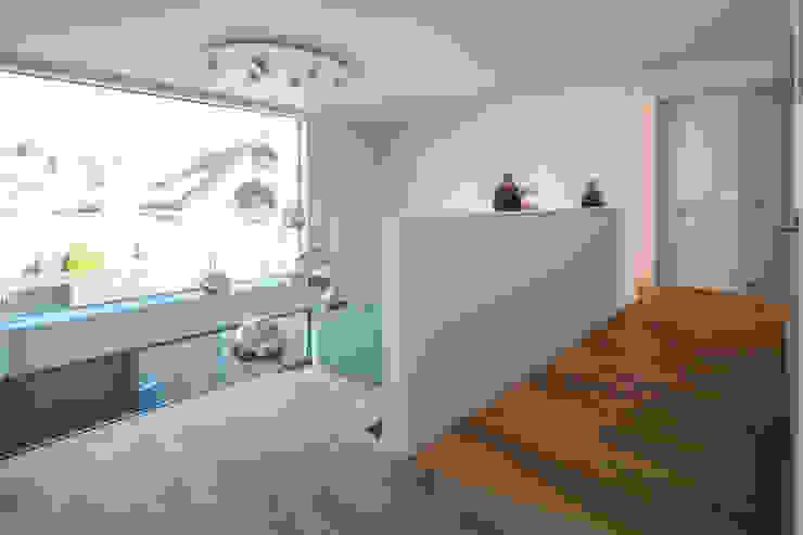 モダンスタイルの 玄関&廊下&階段 の BESPOKE GmbH // Interior Design & Production モダン