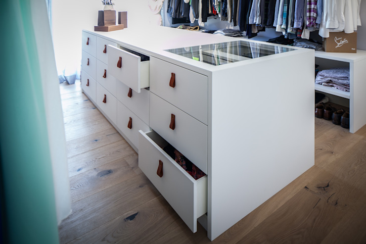 Closets de estilo moderno de BESPOKE GmbH // Interior Design & Production Moderno