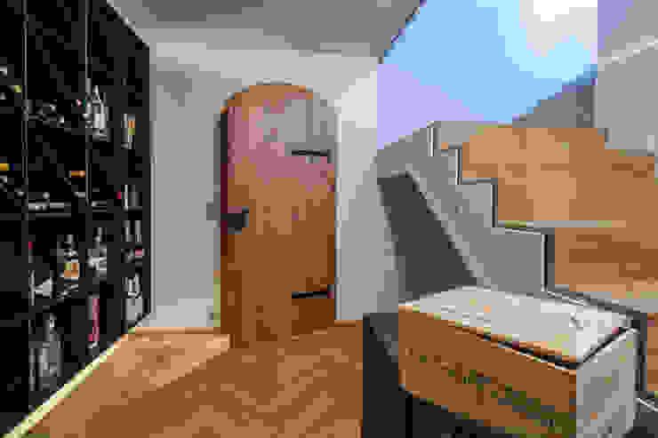 モダンデザインの ワインセラー の BESPOKE GmbH // Interior Design & Production モダン