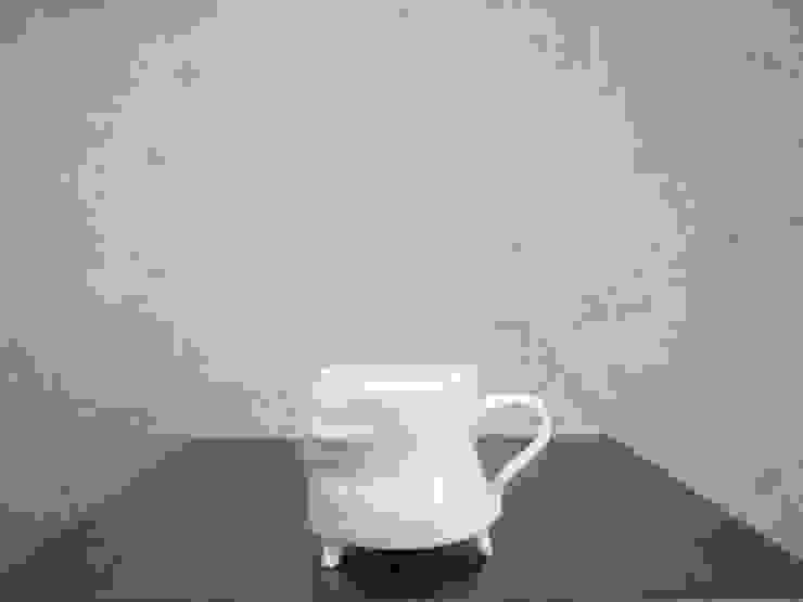 青白磁三つ足cup: studio詩器が手掛けた現代のです。,モダン 磁器