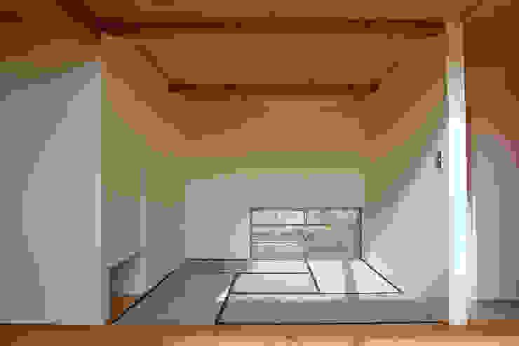 Salle multimédia minimaliste par 環境創作室杉 Minimaliste