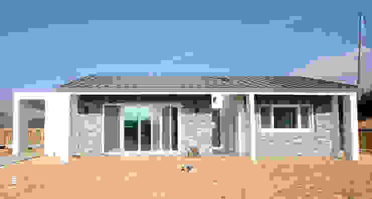 Modern houses by 로움 건축과 디자인 Modern