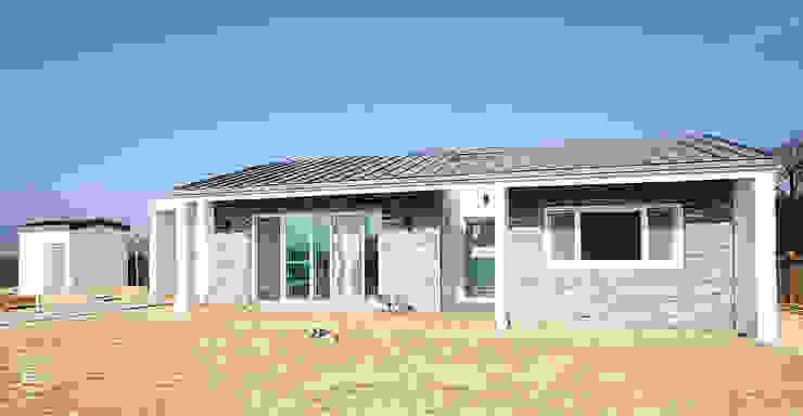 Casas modernas de 로움 건축과 디자인 Moderno