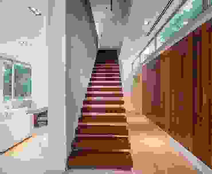 Moderner Flur, Diele & Treppenhaus von Aulet & Yaregui Arquitectos Modern