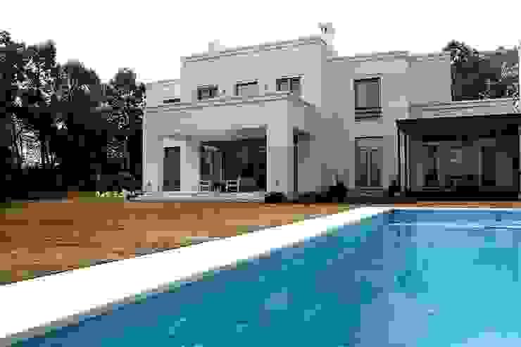 Casa Byrnes Piletas modernas: Ideas, imágenes y decoración de Aulet & Yaregui Arquitectos Moderno