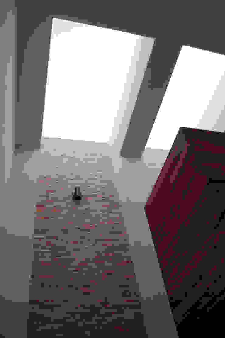 GRUPO VOLTA Moderner Flur, Diele & Treppenhaus