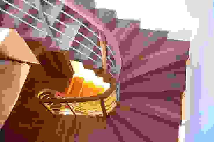 Pasillos, vestíbulos y escaleras modernos de lifestyle-treppen.de Moderno Madera Acabado en madera