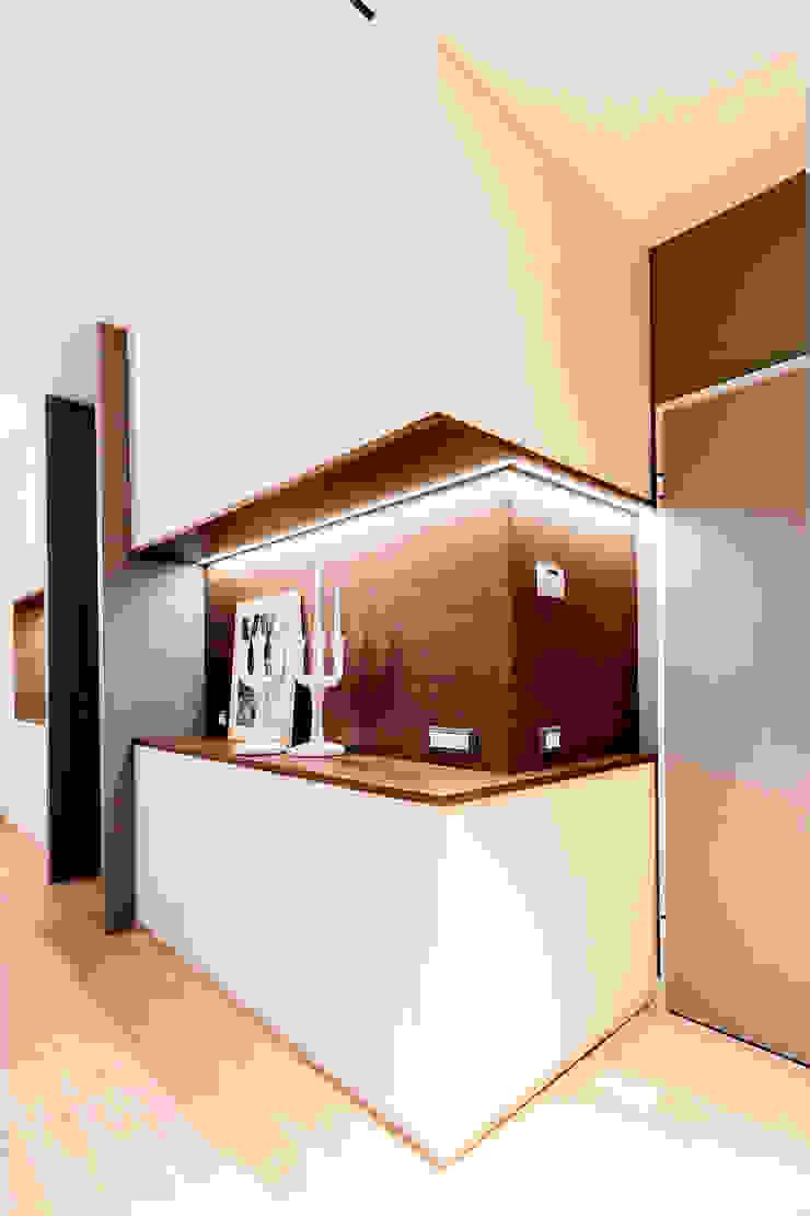 Modern Corridor, Hallway and Staircase by Galleria del Vento Modern