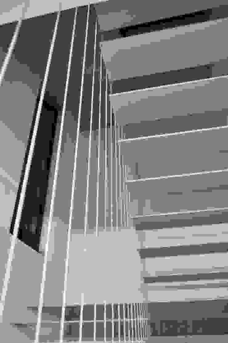 Casa Atouguia Corredores, halls e escadas minimalistas por Escala Absoluta Minimalista