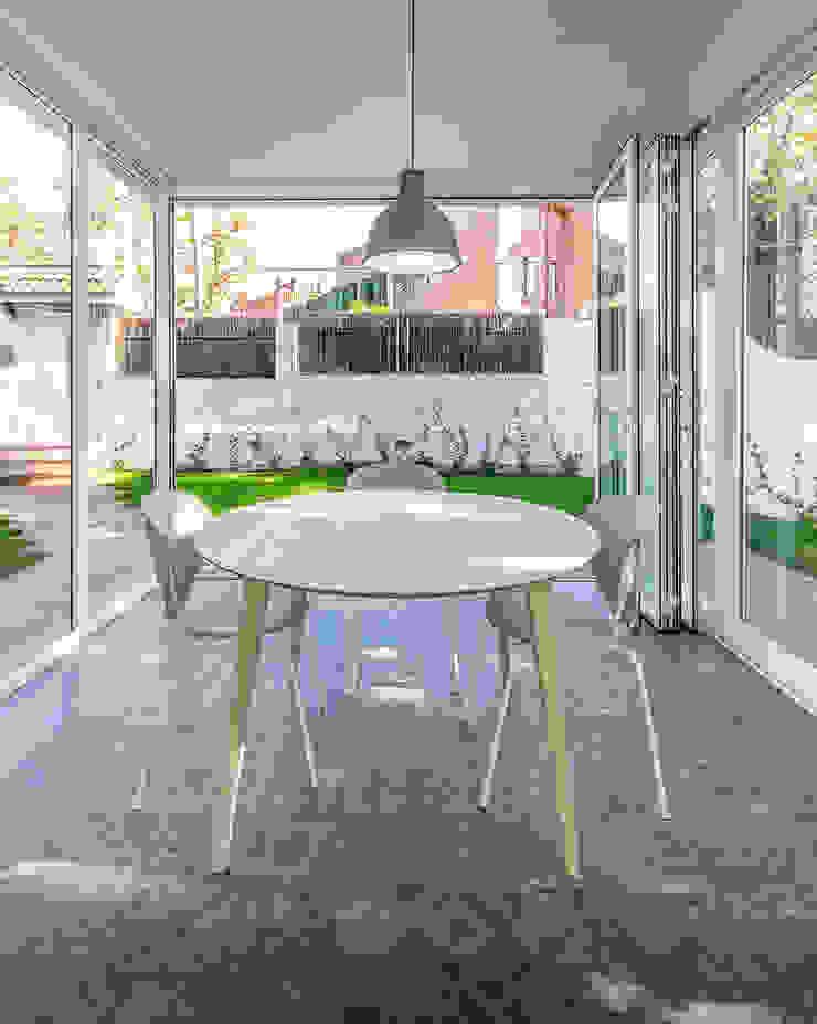 Salas de jantar modernas por 08023 Architects Moderno