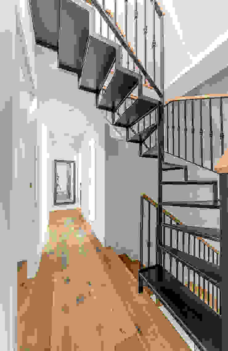 Corredores, halls e escadas modernos por 08023 Architects Moderno