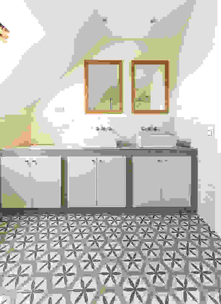 Banheiros modernos por 08023 Architects Moderno