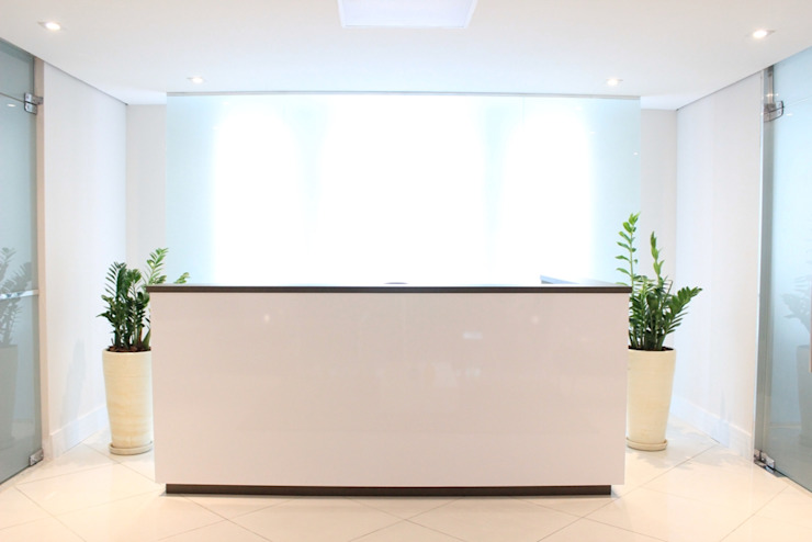 É! Arquitetura e Design Minimalist office buildings MDF White