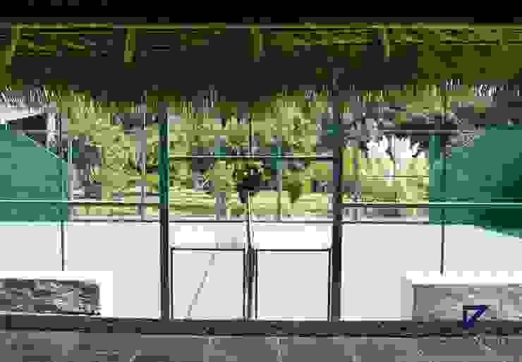 Kolonialny balkon, taras i weranda od De Ovando Arquitectos Kolonialny