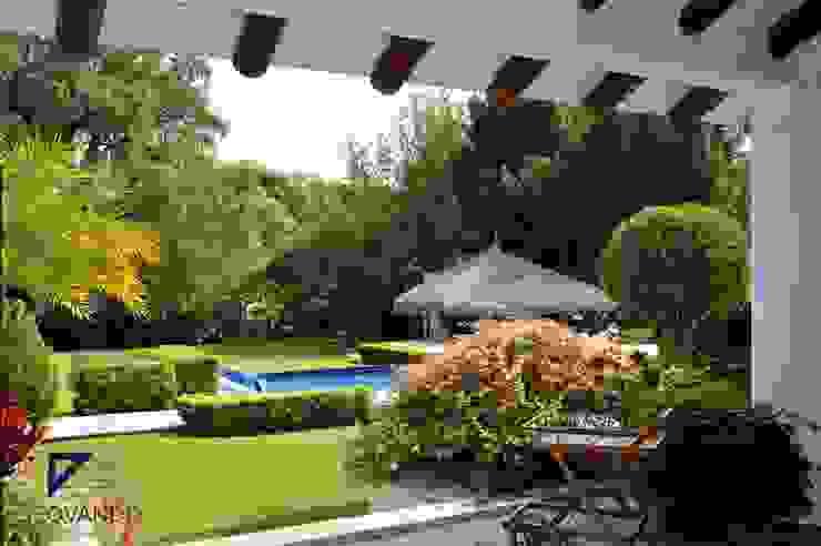 Jardines de estilo colonial de De Ovando Arquitectos Colonial
