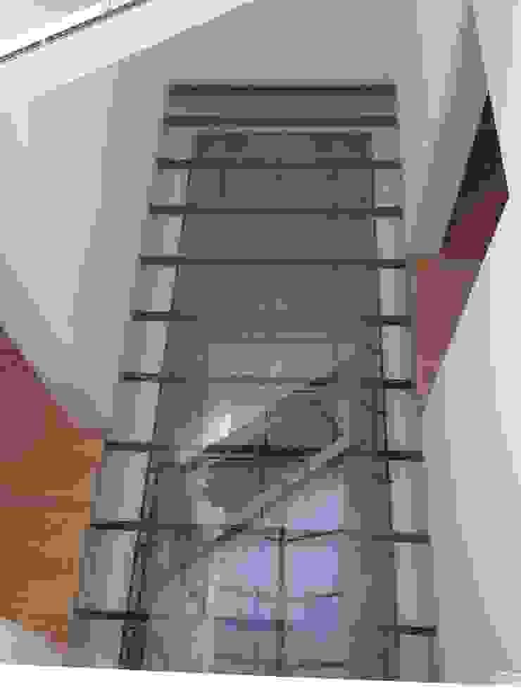 Passadiço Corredores, halls e escadas clássicos por Belgas Constrói Lda Clássico