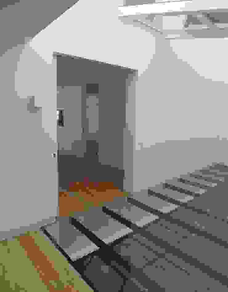 Hall Piso 2 Corredores, halls e escadas clássicos por Belgas Constrói Lda Clássico