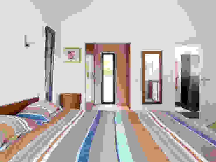 Bedroom Modern style bedroom by Baufritz (UK) Ltd. Modern