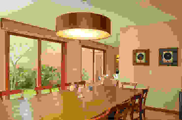 Moderne Esszimmer von Martins Valente Arquitetura e Interiores Modern