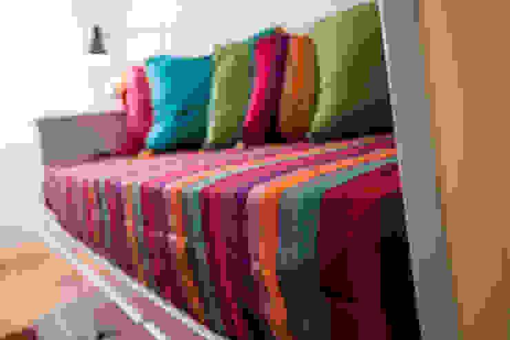 Um look contemporâneo e cosmopolita Salas de estar modernas por Architect Your Home Moderno