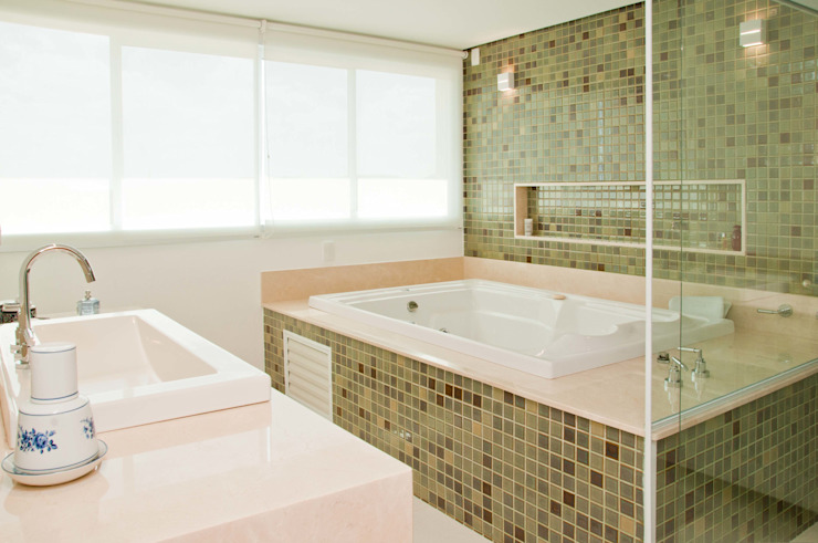 Modern style bathrooms by Martins Valente Arquitetura e Interiores Modern