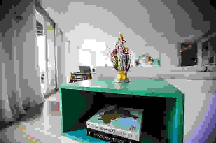 Uma atmosfera leve e colorida Salas de estar modernas por Architect Your Home Moderno