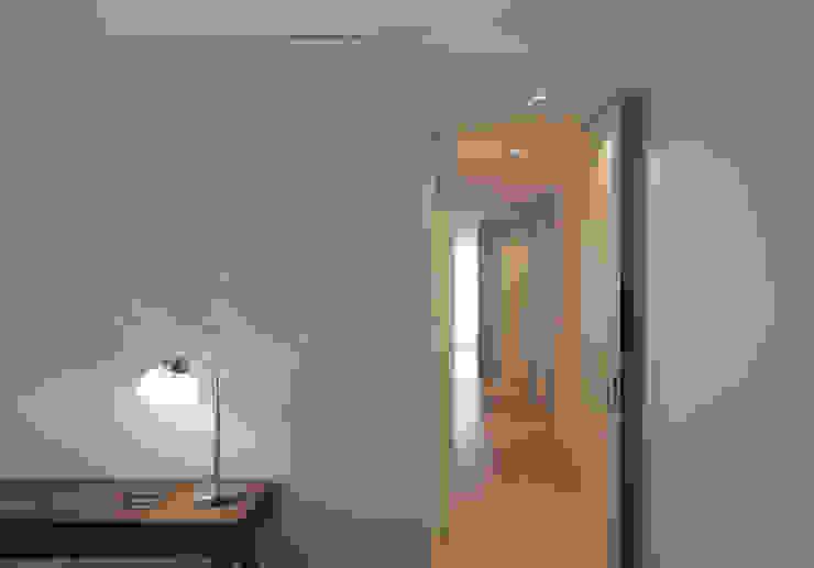 Uma atmosfera leve e colorida Corredores, halls e escadas modernos por Architect Your Home Moderno