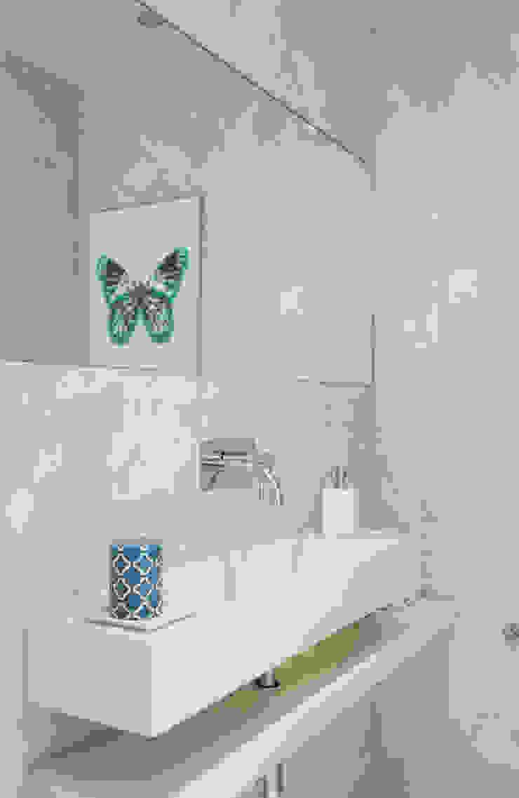 Uma atmosfera leve e colorida Casas de banho modernas por Architect Your Home Moderno
