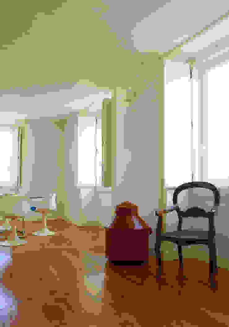 Uma atmosfera moderna num fundo antigo Salas de jantar modernas por Architect Your Home Moderno