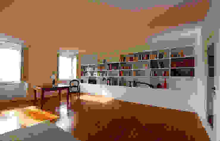 Uma atmosfera moderna num fundo antigo Salas de estar modernas por Architect Your Home Moderno