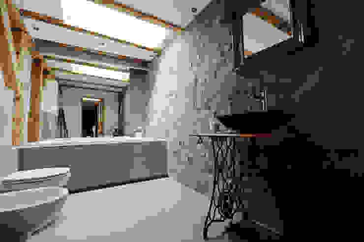 łazienka w mieszkaniu strchowym Eklektyczna łazienka od oporska.com Eklektyczny Kamień