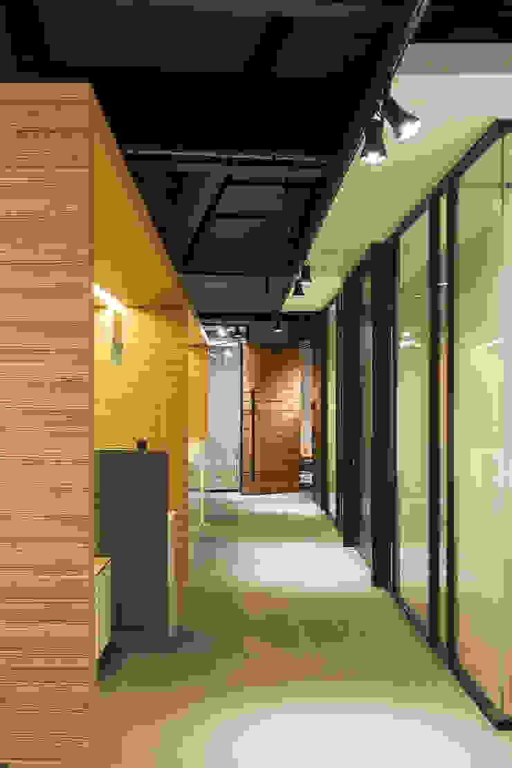 Hansi Arquitectura Modern corridor, hallway & stairs