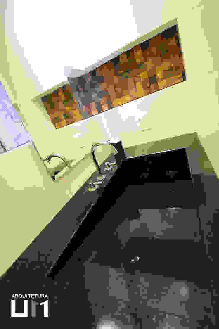 Apartamento DE Banheiros minimalistas por Arquitetura 1 Minimalista