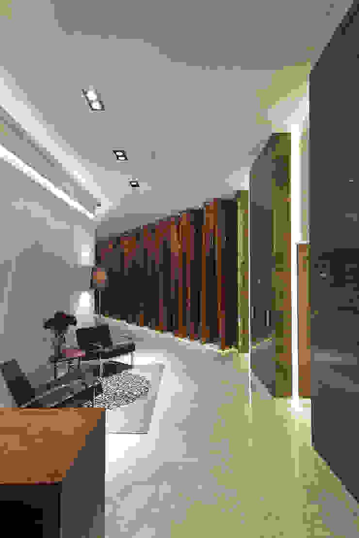 Paseo Castelar Corporativo – Residencial Paredes y pisos de estilo moderno de Hansi Arquitectura Moderno