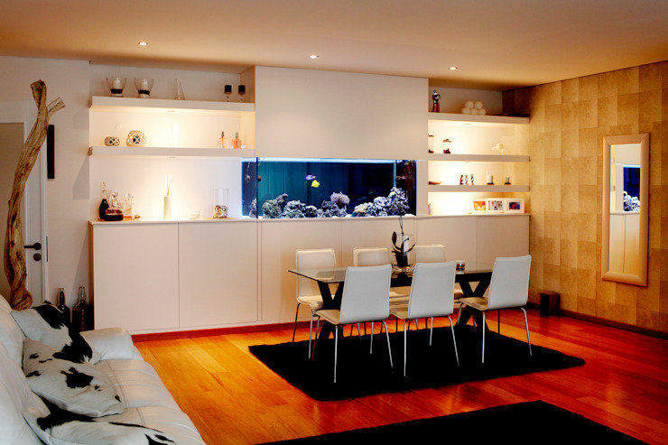 ADn saltwater aquarium in a dining room por ADn Aquarium Design Moderno