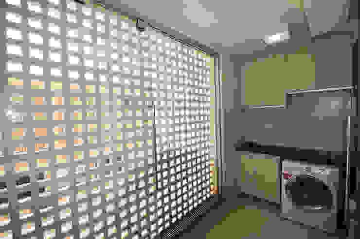 http://www.arquitetura1.com.br/#!apartamento-em-contemporaneo/c5hz Banheiros modernos por Arquitetura 1 Moderno