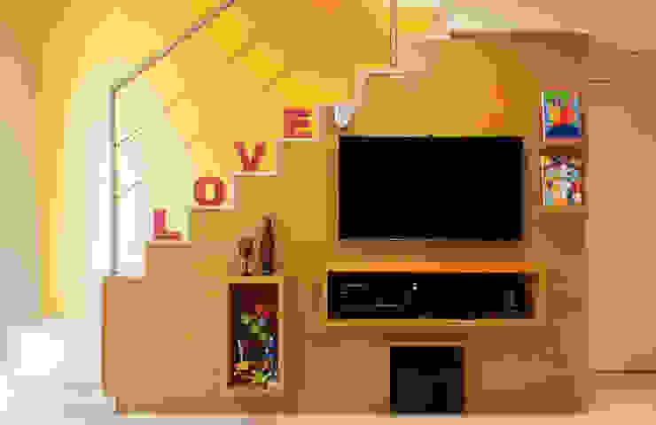CORES - Arquitetura e Interiores: modern tarz , Modern