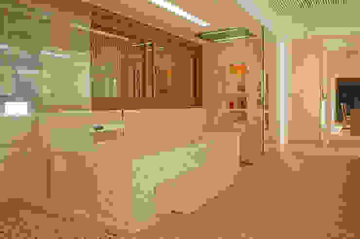Casa Búzios Banheiros modernos por Toninho Noronha Arquitetura Moderno