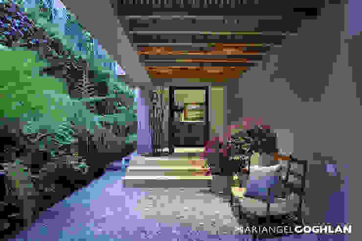 Modern corridor, hallway & stairs by MARIANGEL COGHLAN Modern