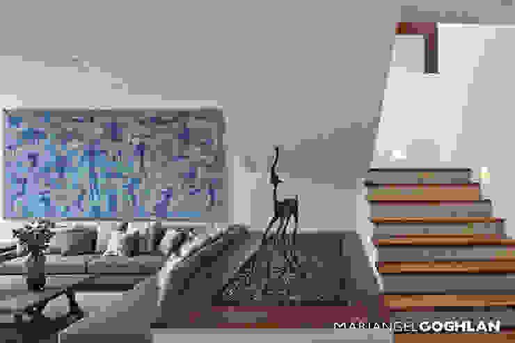 Pasillos y vestíbulos de estilo  por MARIANGEL COGHLAN,
