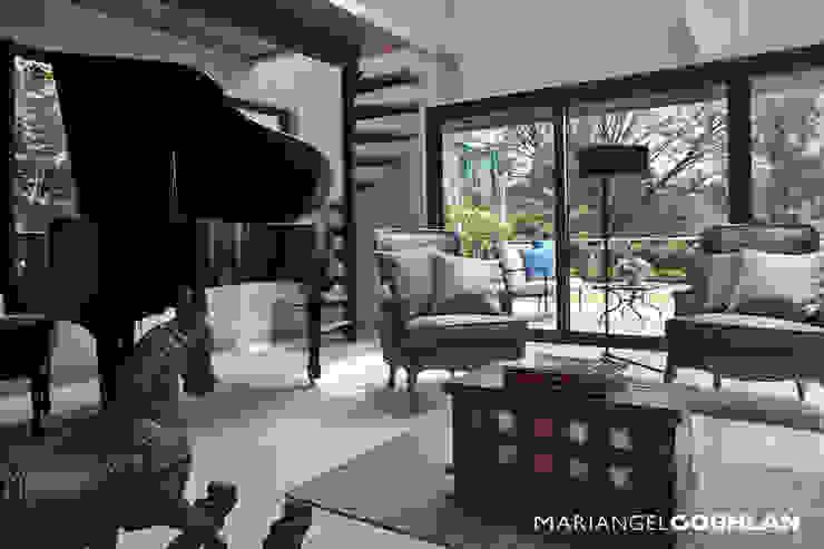 Sala con piano Salones de estilo clásico de MARIANGEL COGHLAN Clásico