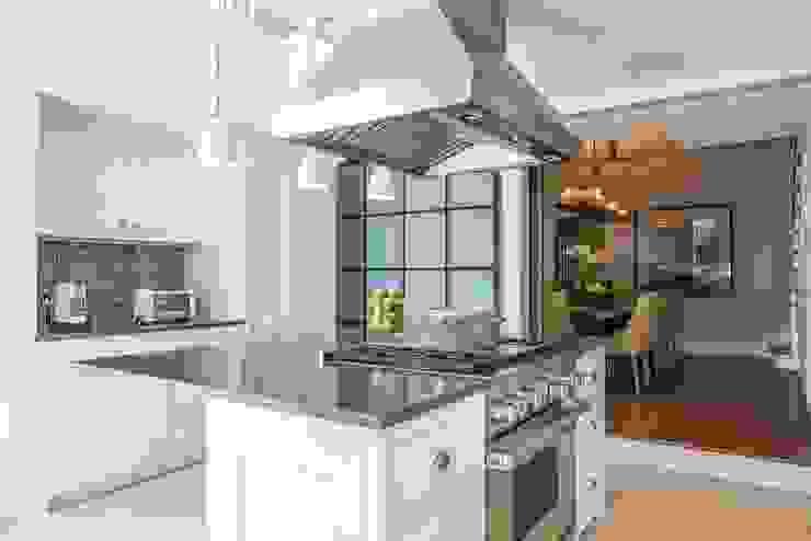 Modern Kitchen by Toninho Noronha Arquitetura Modern