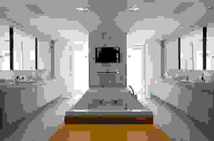 Loft Itaim Banheiros modernos por Toninho Noronha Arquitetura Moderno