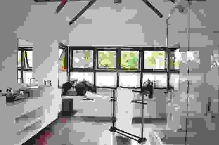 Casa Ilha Bela Banheiros rústicos por Toninho Noronha Arquitetura Rústico