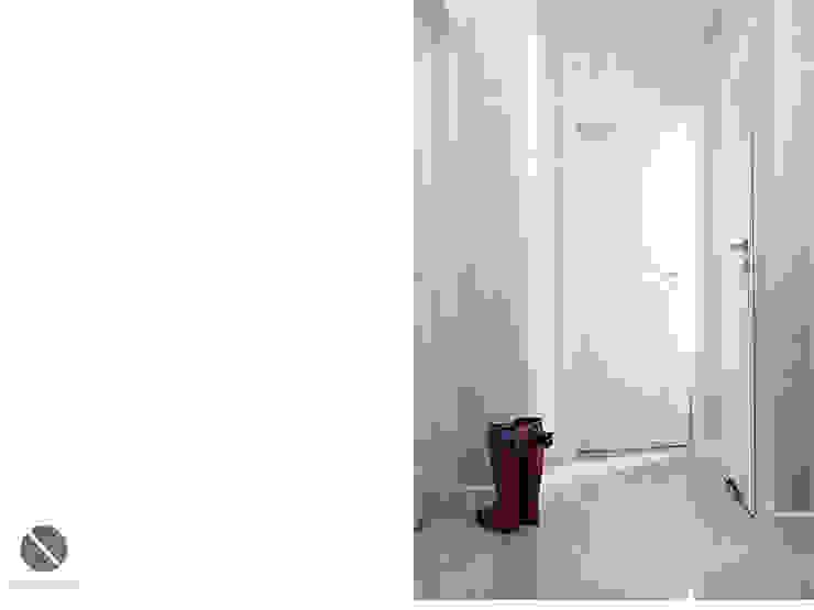 Przedpokój z tapetą w kratkę Nowoczesny korytarz, przedpokój i schody od DoMilimetra Nowoczesny