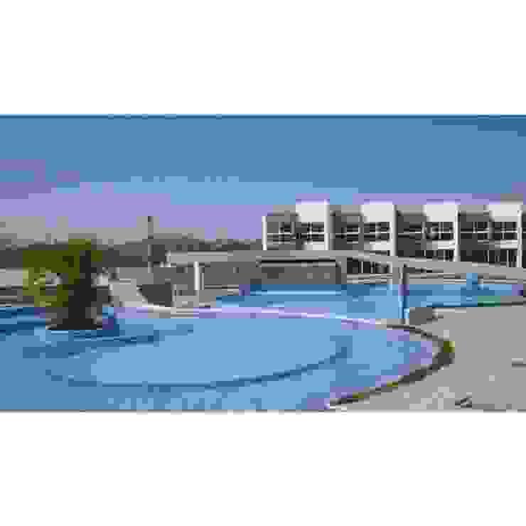 Vista Real de la Piscina del conjunto Costa Blanca Grupo JOV Arquitectos Piscinas de estilo minimalista Cerámico Azul