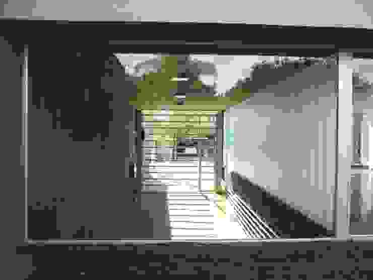 VISTA DESDE EL PATIO INTERNO HACIA EL EGRESO VEHICULAR Estudios y despachos de estilo moderno de VILARRODONA ARQUITECTOS Moderno